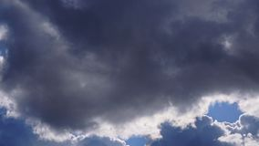 在天空蔚蓝和太阳的巨大的云彩在他们后 股票录像