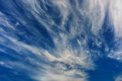 在天空蔚蓝的令人惊讶的云彩 ?? 库存图片