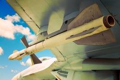在天空蔚蓝的喷气式歼击机飞机火箭队导弹与云彩 战争或入侵概念 免版税图库摄影