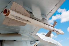 在天空蔚蓝的喷气式歼击机飞机火箭队导弹与云彩 战争或入侵概念 免版税库存照片