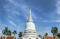 在天空蔚蓝的大白色stupa在Wat Phra Si Mahathat woramahawihan轰隆Khen,曼谷泰国 图库摄影