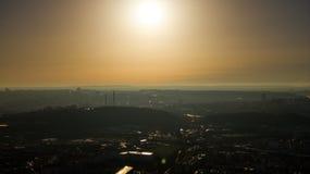 在天空蔚蓝的布拉格晴朗的飞行没有云彩 库存照片