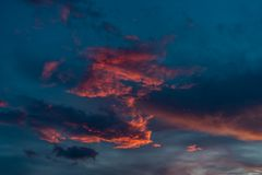在天空蔚蓝的明亮的桃红色日落云彩 免版税图库摄影