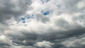 在天空蔚蓝的白色和灰色云彩 股票视频
