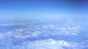 在天空蔚蓝的蓬松云彩从飞行的飞机窗口 在蓝天的鸟瞰图白色云彩 天堂拷贝空间 影视素材