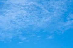 在天空蔚蓝的风景与云彩 免版税图库摄影