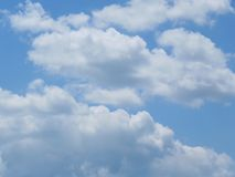 在天空蔚蓝的Fluffly云彩 库存照片