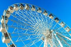 在天空蔚蓝背景的弗累斯大转轮  图库摄影