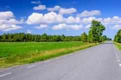 在天空蔚蓝背景的柏油路与云彩的 免版税图库摄影