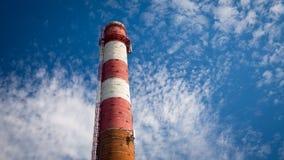 在天空蔚蓝背景的老红色管子 库存图片