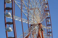 在天空蔚蓝背景,关闭的弗累斯大转轮 库存照片