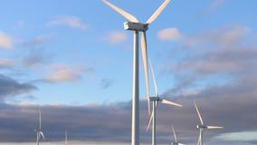 在天空蔚蓝背景,能承受的生态发电的风能涡轮 股票视频