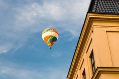 在天空蔚蓝,斯德哥尔摩,瑞典的五颜六色的热空气气球 库存照片
