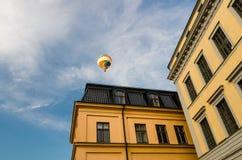 在天空蔚蓝,斯德哥尔摩,瑞典的五颜六色的热空气气球 免版税库存照片