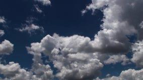 在天空蔚蓝- timelapse的云彩运动 股票视频