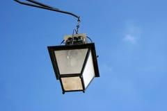 在天空街道的蓝色欧洲闪亮指示 免版税库存图片