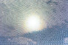 在天空视图扫视的太阳光晕通过小点面具变形 免版税库存照片