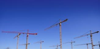 在天空视图的蓝色建筑用起重机 免版税库存图片