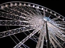 在天空轮子白色的黑暗的ferris晚上 图库摄影