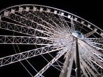 在天空轮子白色的黑暗的ferris晚上 免版税图库摄影