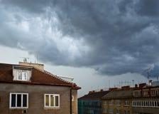 在天空风雨如磐的城镇之上 免版税库存照片