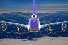 在天空飞行旅行运输飞机背景黑色白色的飞机 免版税库存照片