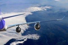 在天空飞行旅行运输飞机背景黑色白色的飞机 库存照片