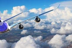 在天空飞行旅行运输飞机背景黑色白色的飞机 免版税库存图片