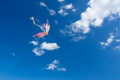 在天空,乐趣和令人激动的风筝飞行孩子的 免版税库存图片