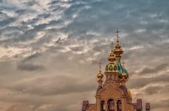在天空,哈尔科夫,乌克兰的农村教会十字架 库存图片