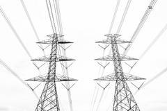 在天空backg的黑&白色抽象hight电压塔线 图库摄影