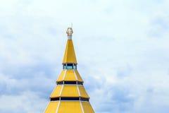 在天空blackground的一个黄色圆顶 免版税库存图片