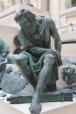 在天窗巴黎的老人雕象 库存照片
