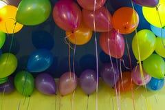 在天花板下的五颜六色的baloons 库存照片