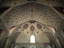 在天花板伊斯法罕宫殿穹顶和墙壁的美丽的装饰在伊朗 免版税库存照片