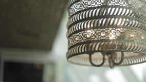 在天花板别致的餐馆的豪华枝形吊灯 巨大的豪华枝形吊灯 影视素材