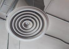 在天花板安装的空气通风的管 免版税库存照片