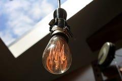 在天花板的一个老电灯泡 库存图片