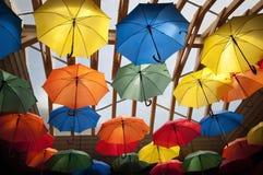 在天花板的五颜六色的伞 免版税库存图片