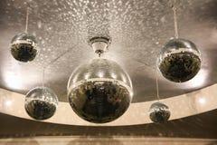 在天花板的发光的迪斯科球在大厅里 库存图片