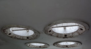 在天花板的奇怪和未来派具体圆形设计 图库摄影