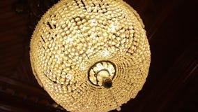 在天花板的惊人的豪华枝形吊灯 大水晶枝形吊灯 在黑暗的枝形吊灯 响铃圣诞节设计要素 巨大昂贵 股票录像