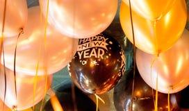 在天花板的新年快乐气球 免版税库存图片
