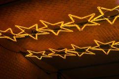 在天花板的星轻的圣诞节装饰 免版税库存图片