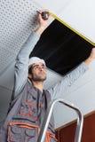 在天花板的测量的孔 免版税库存照片