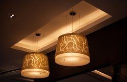 在天花板的温暖的圈子灯 免版税库存图片