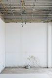 在天花板的电系统和墙壁为绘准备 库存图片