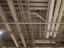 在天花板的管子和导线系统 免版税库存照片