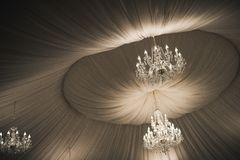 在天花板的葡萄酒美丽的水晶枝形吊灯 免版税库存图片