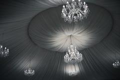在天花板的葡萄酒美丽的水晶枝形吊灯 免版税图库摄影